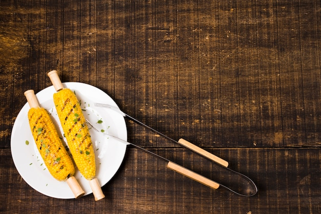 Pinzas de maíz y metal a la parrilla