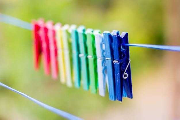 Pinzas de ropa colgadas en el tendedero