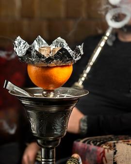 Pipa de agua de pomelo con mucho humo