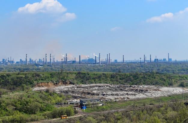 Las pipas humeantes de las fábricas detrás del vertedero. kryvyi rih