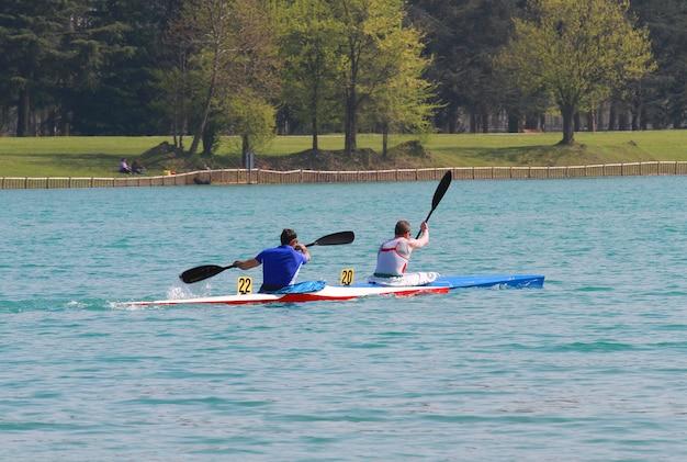 Piragüistas en el lago artificial