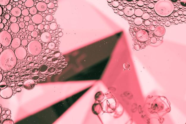 Pirámide abstracta con burbujas en rosa