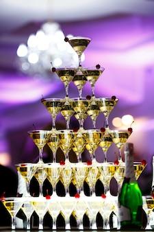 Pirámide de cócteles decorados con cerezas se encuentra en la mesa