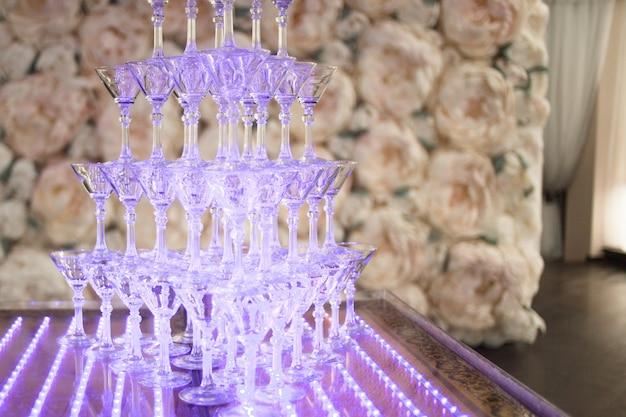 Pirámide de copas de champán en la fiesta de bodas.