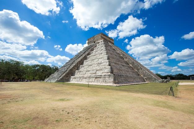 Pirámide de kukulkán en el sitio de chichén itzá, méxico