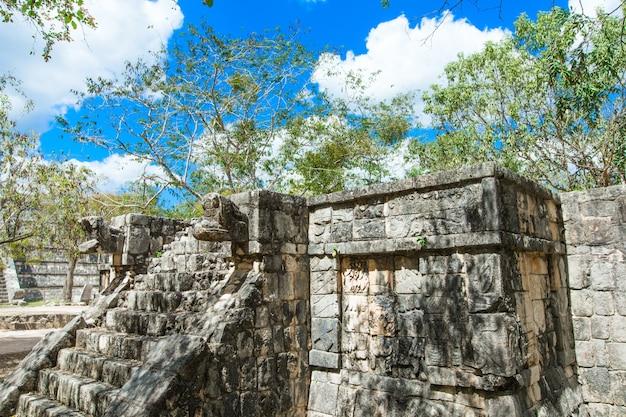 Pirámide de kukulkán en el sitio de chichen itza, méxico