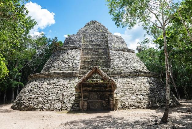 Pirámide maya de xaibe en cobá, méxico