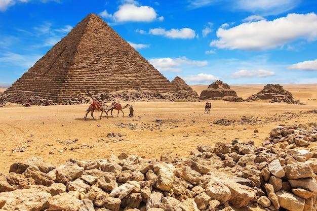 La pirámide de menkaure y las pirámides de sus reinas, giza, egipto.