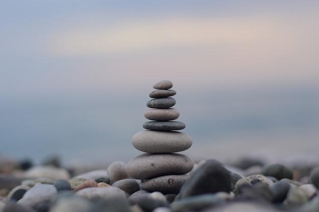 Una pirámide de piedras de diferentes tamaños en la costa del mar negro