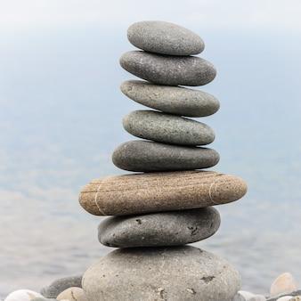 Pirámide de piedras de mar en guijarros de la orilla del mar.