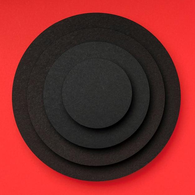 Pirámide de piezas circulares de papel negro.
