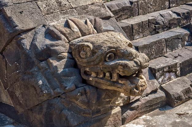 Pirámide de quetzalcoatl en las ruinas de teotihuacan. serpiente emplumada