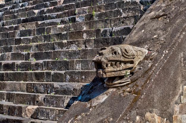 Pirámide en teotihuacan, que muestra las cabezas de tlaloc y la serpiente emplumada.