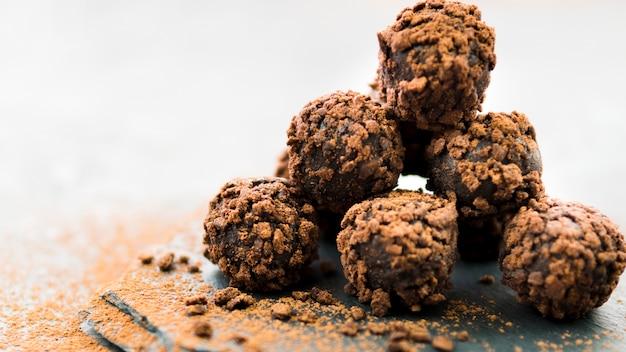 Pirámide de trufas de chocolate con migas de galleta.