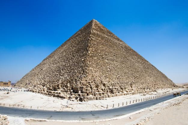 Pirámides con un hermoso cielo de giza en el cairo, egipto.