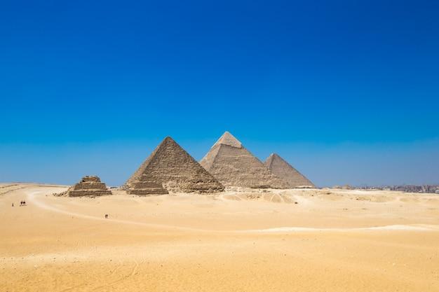 Pirámides con un hermoso cielo.