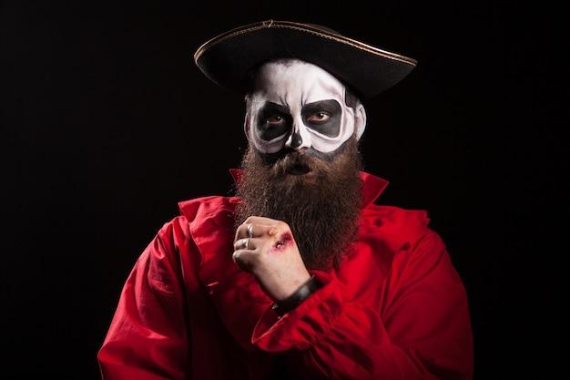 Pirata barbudo con barba larga con sombrero. disfraz de halloween.