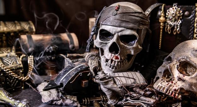 Pirata con cráneo humano. cofre del tesoro y oro. equipo de descubrimiento y explorador para desaparecer la fortuna.