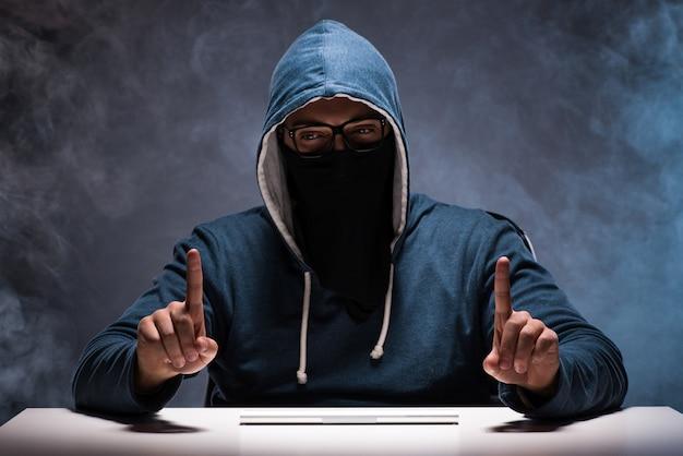 Pirata informático trabajando en cuarto oscuro