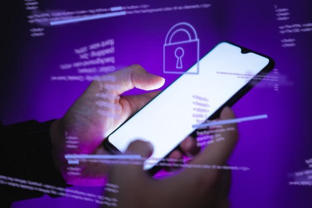 Los piratas informáticos están robando información, la mano sostiene el teléfono inteligente.