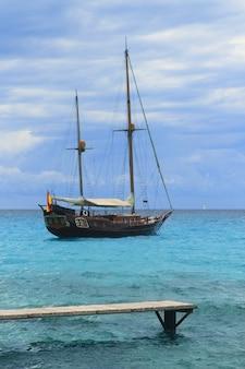 Piratas inspirados en madera velero anclado turquesa.