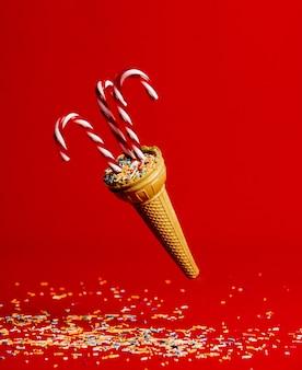Piruleta en cuerno de helado en pared roja