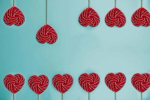 Piruleta roja en forma de corazón. piruleta de colores.