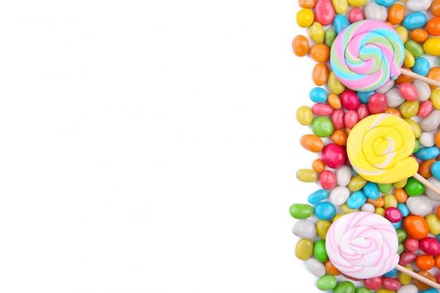 Piruletas de colores y dulces redondos de diferentes colores aislados