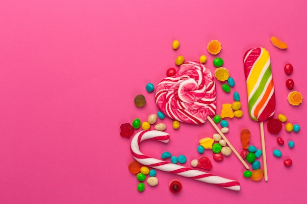 Piruletas de colores sobre un rosa