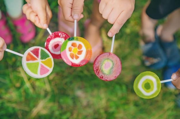 Piruletas en manos de niños