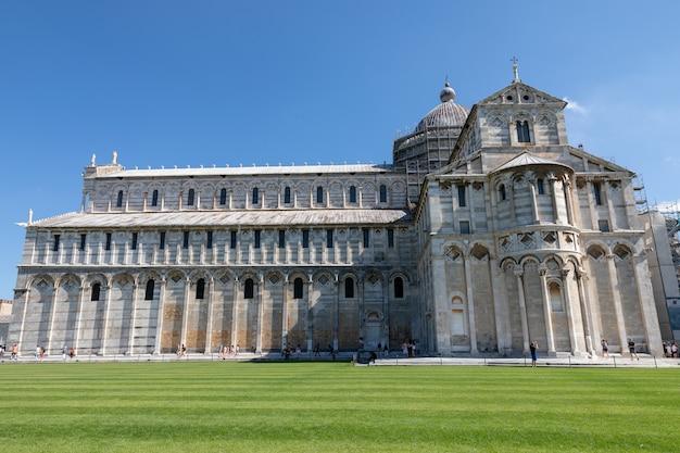 Pisa, italia - 29 de junio de 2018: vista panorámica de la catedral de pisa (cattedrale metropolitana primaziale di santa maria assunta) es la catedral católica romana dedicada a la asunción de la virgen maría