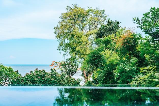 Piscina al aire libre en hotel y resort cerca del mar y la playa.
