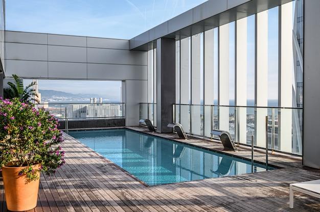 Piscina en la azotea con hermosas vistas a la ciudad de los rascacielos.