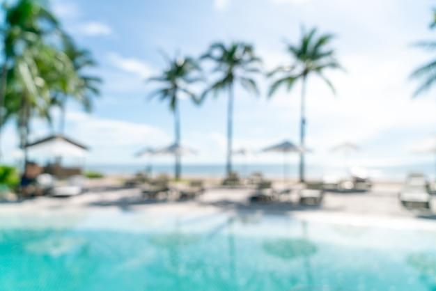 Piscina de cama borrosa abstracta alrededor de la piscina swimmimg en hotel resort de lujo para el fondo - concepto de vacaciones y vacaciones