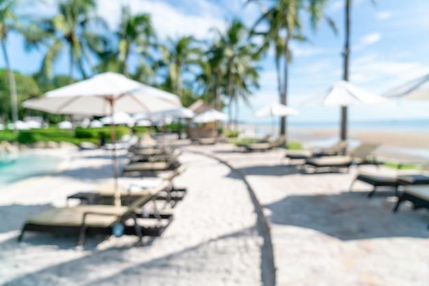 Piscina de cama borrosa abstracta alrededor de la piscina swimmimg en hotel resort de lujo