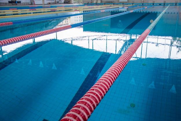 Piscina cubierta y carril en la superficie del agua para deportes al aire libre