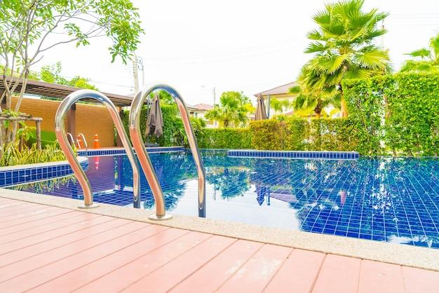 Piscina de la escalera en hotel de lujo hermoso de la piscina del hotel