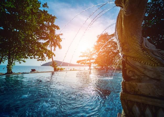 Piscina en el exótico resort tropical. jardín exótico