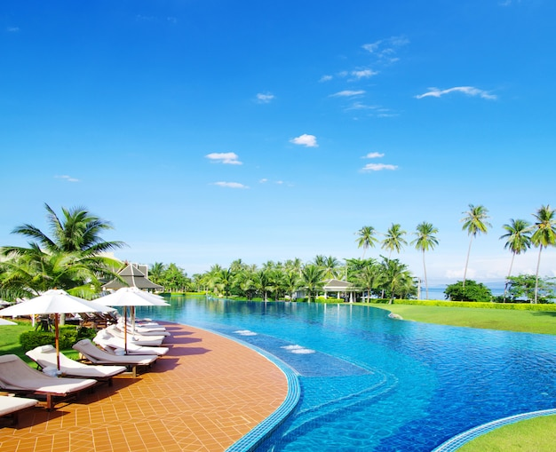 Piscina del hotel en tailandia
