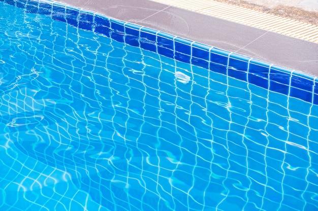Piscina. la imagen submarina de la piscina del resort.