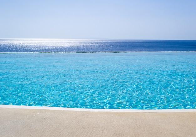 Piscina infinita con vistas al mar egeo, creta, grecia