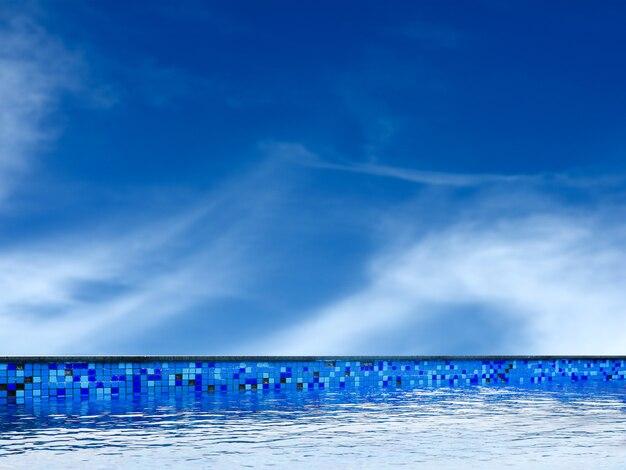 Piscina y nubes de cielo azul claro.