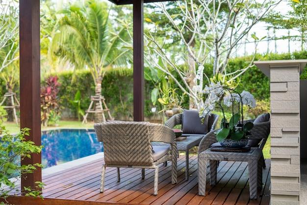Piscina y pabellón con jardín verde.