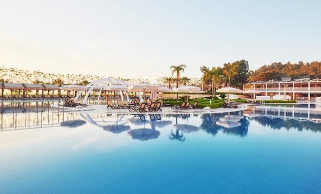 Piscina y playa de hotel de lujo.