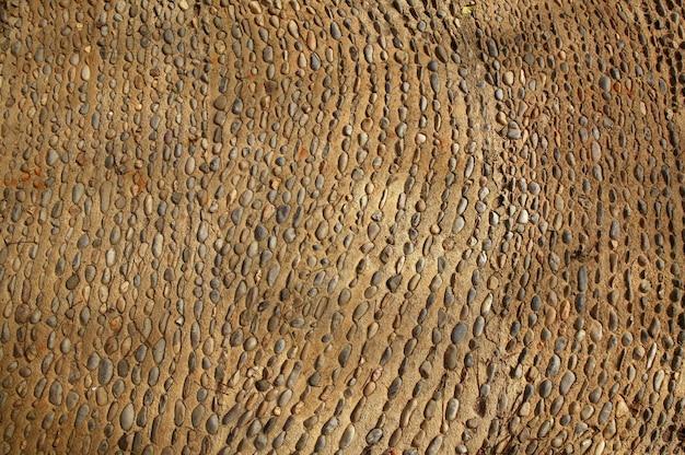 Piso antiguo envejecido con piedras rodantes
