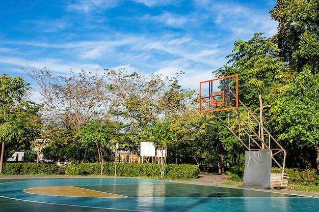 Piso de la cancha de básquetbol al aire libre, pulido suave y bien pintado, protección en el parque.