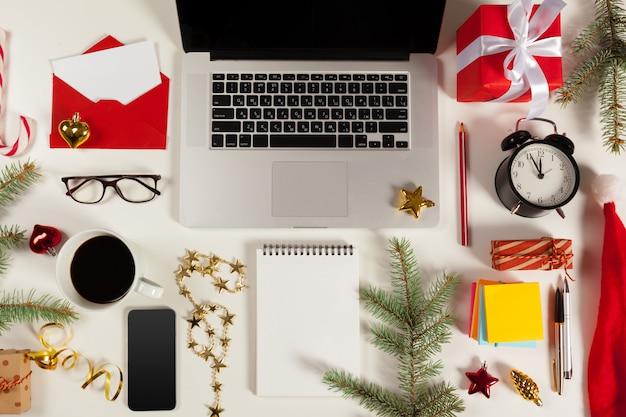 Piso laico decoración navideña oficina trabajo