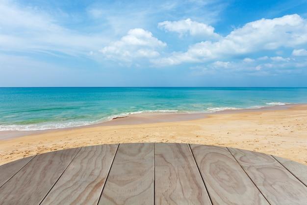 Piso de madera con playa tropical y mar azul.