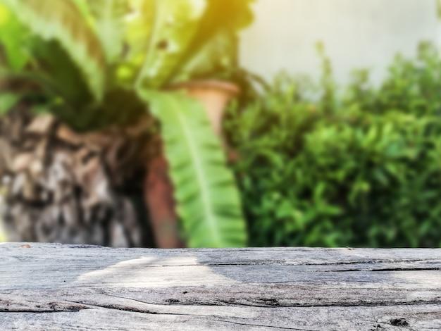 Piso de madera vacío con fondo de paisaje enmascarado borroso