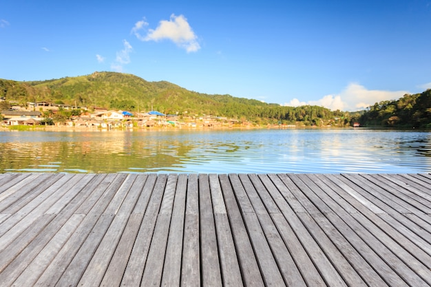 Piso De Madera Vacío O Terraza Al Lado Del Lago En Tailandia